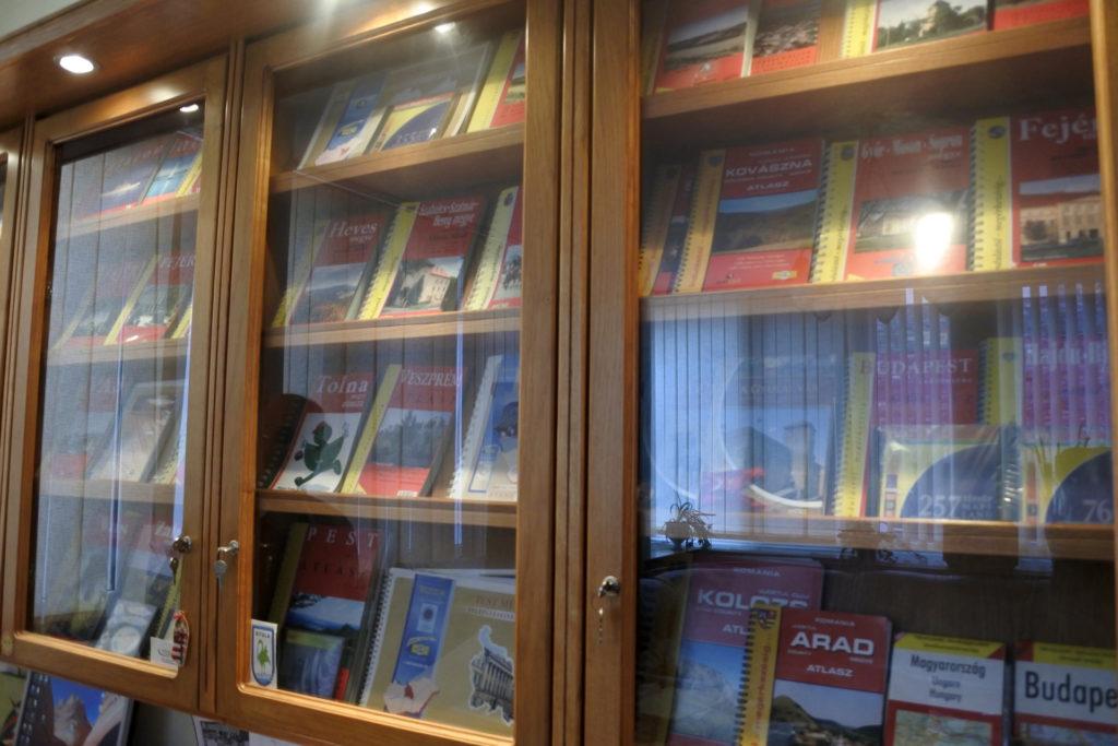 A TÉRKÉP Kft. atlaszaiz és térképeit bemutatóm vitrin Göndöcs Péter irodájában.