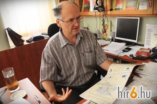 Göndöcs Péter, a HISZI-MAP Kft. alapítója és ügyvezetője gyulai irodájában