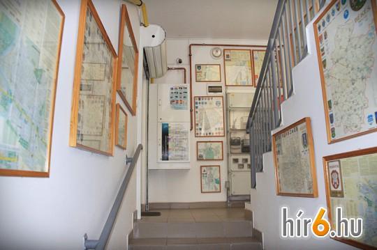 A cég irodaházának folyosóját természetesen saját térképeik díszíti